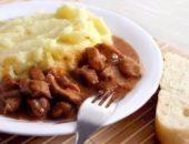 Миниатюра к статье Гуляш с подливкой и картофельным пюре, как в садике